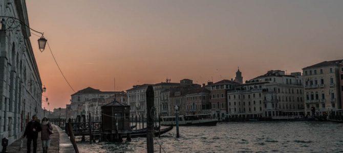 Pelos canais e calçadas de Veneza, Itália